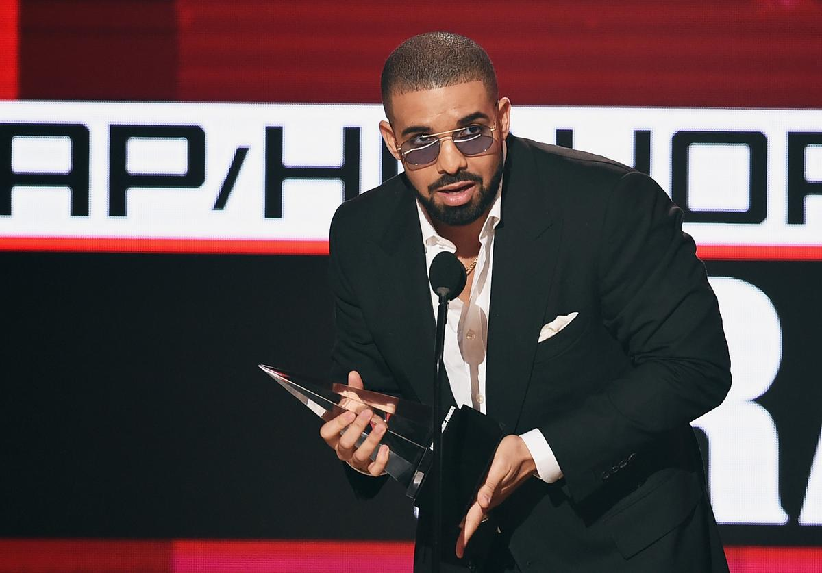 Drake accepts Favorite Rap/Hip-Hop Artist onstage during the 2016 American Music Awards at Microsoft Theater on November 20, 2016 in Los Angeles, California